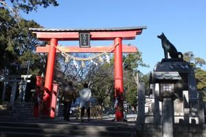 鳥居と悉平太郎像