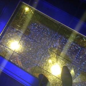 ガラス張りの床(夜)