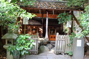 大豊神社 - 末社と狛鳶、狛猿