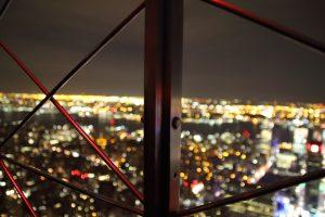 フェンス越しの夜景