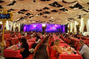 広いレストラン。他にも広間がいくつか。