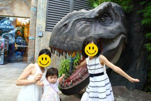恐竜のモニュメントと